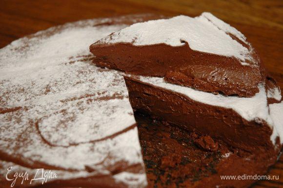 Готовый торт посыпать оставшейся сахарной пудрой.