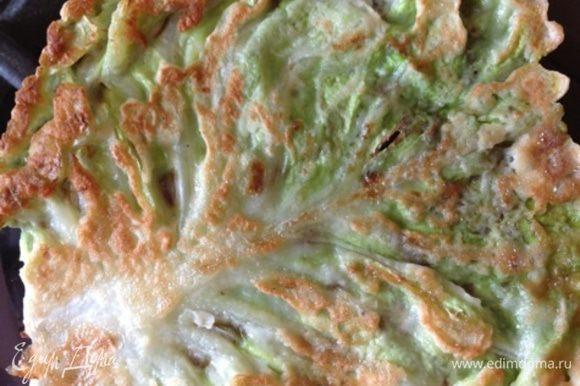 Капустные листья обмакиваем в кляре и обжариваем с двух сторон на растительном масле до золотистой корочки. У листьев я предварительно срезала толстые прожилки, можно просто отбить молоточком для мяса. Обжарим и маленькие листья, из них тоже соорудим коржи.