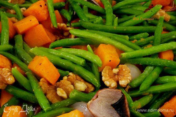 Добавить к овощам фасоль и орехи, слегка перемешать и запекать минут 7 до готовности фасоли.