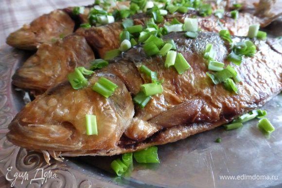 Сельдь выложить на блюдо и посыпать мелко нарезанным зеленым луком. Подождать пока селедка пропитается ароматом и соком лука, и подавать к столу. Мужу, естественно, досталось 2 рыбки, ну а третья рыбка - моя!!!