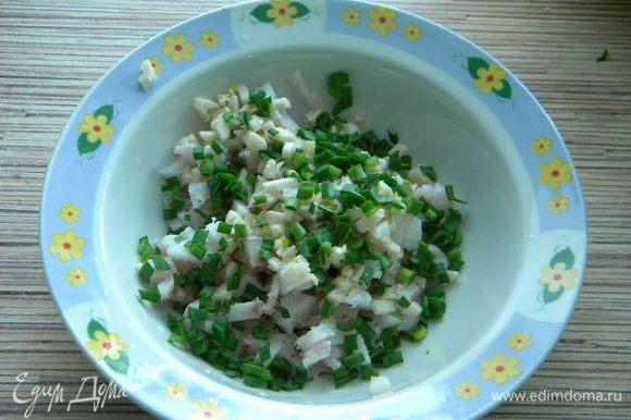 Нарезаем кусочками сало копченое и зеленый чеснок, посолим немного.