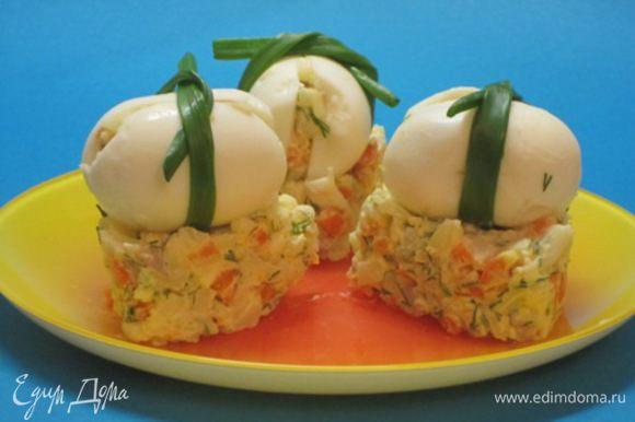 Оставшийся салат выложить в тарелку. Яйца разложить на салат.