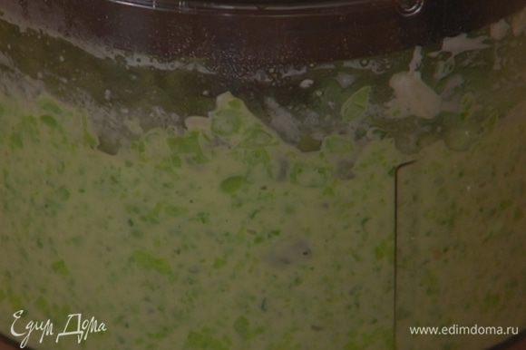 В блендере соединить натертый сыр, творог, горошек, чеснок и мяту (несколько листиков оставить для украшения), влить 3 ст. ложки оливкового масла, поперчить, посолить и взбить все в однородную массу.