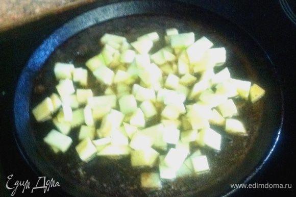 Тем временем, очистить яблоки, нарезать кубиками и тушить на сливочном масле до прозрачности. Можно добавить шафран. Соус: Нагреть оставшийся после жарки грудок сок. Влить в него вино, добавить сахар. Выпарить, до густого состояния.