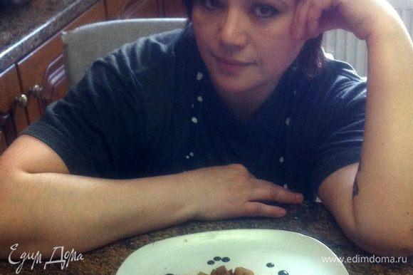 В тарелку выложить нарезанное филе, яблоки, полить соусом.