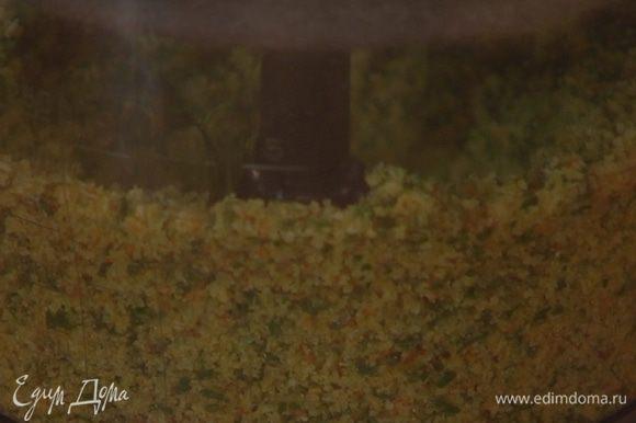В блендер к сухарям добавить листья розмарина, петрушки и мяты, оставшийся чеснок, щепотку соли и измельчить в однородную массу, затем влить оставшееся оливковое масло и измельчить все в крошку.
