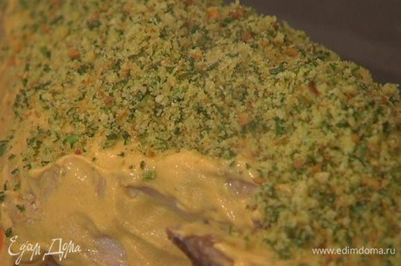 Вынуть из духовки мясо с овощами, баранью ногу смазать горчицей, посыпать со всех сторон сухарной крошкой и плотно прижать сухарную корочку к мясу.