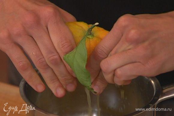 Из апельсинов выжать 100–150 мл сока.