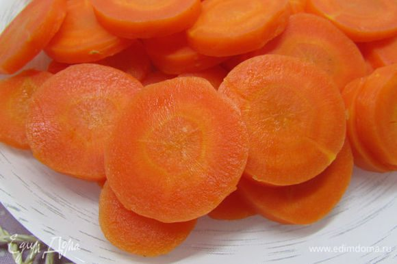 Морковь отварить (важно не переварить!!!), почистить и нарезать кольцами.