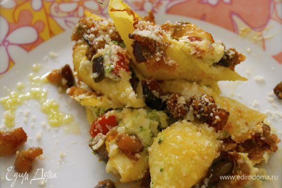 Когда паста будет готова, выложить филе из анчоусов сверху в виде решетки и посыпать измельченной петрушкой. Можно украсить листиком базилика и подавать!