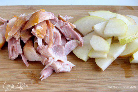 Грушу нарезать тонкими ломтиками и сбрызнуть лимонным соком, чтобы не потемнела. Вместо подкопченной утки, которая была в оригинальном рецепте, я использовала копченое мясо куриных бедер. Мясо нарезать не слишком мелкими кусочками.