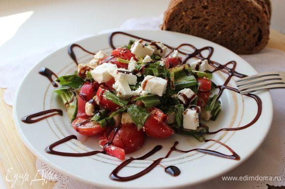 В салате тоже все очень просто. Все ингредиенты порезать, заправить маслом и соусом. Я не солю.