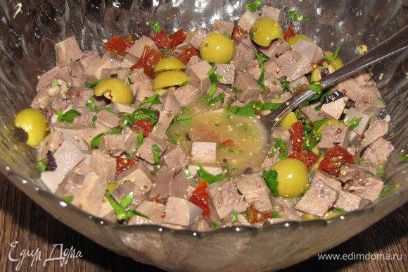 Вылить заливку в миску к языку и овощам, хорошо перемешать.