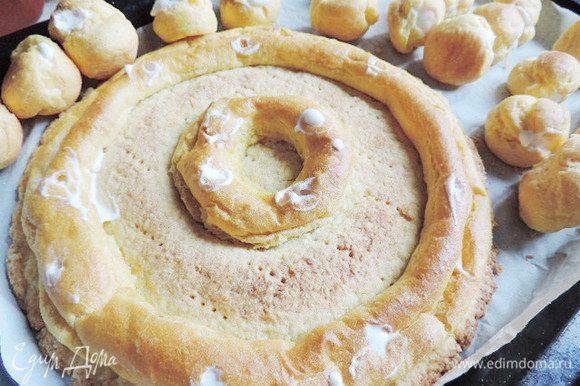 Начиняем сливочным кремом пироженки и кольца на песочной заготовке. Это удобно делать при помощи кондитерского мешка или шприца с тонкой насадкой для начинки эклеров.