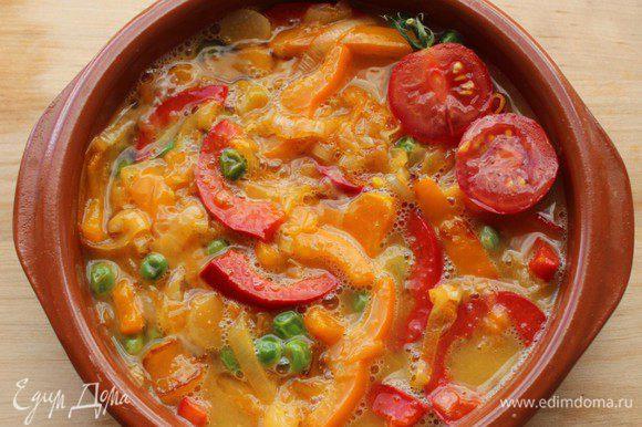 Залить яйцами и запечь в предварительно разогретой до 180 градусов духовке в течение 12-15 минут.