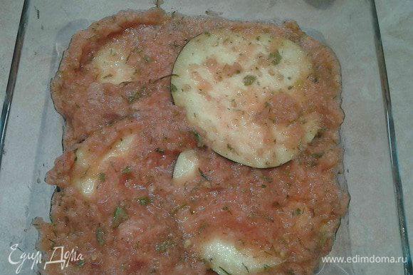 Далее выкладываем слой баклажанов и поливаем соусом из помидоров.