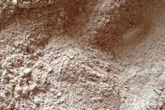 Поставить духовку разогреваться до 180 градусов. В миску просеять муку, какао-порошок, ванилин, соду и разрыхлитель. Добавить растворимый кофе, соль и перемешать.