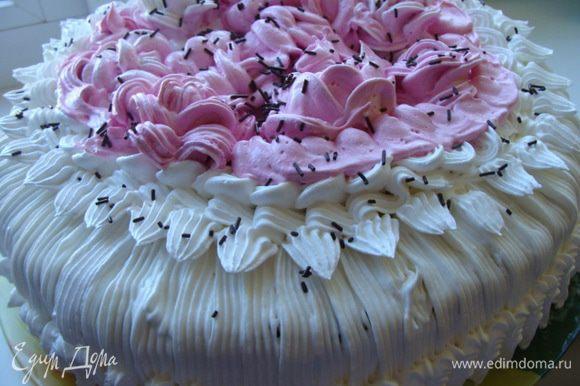 Торт готов, угощаем гостей невероятно вкусным, легким и нежнейшим тортиком...