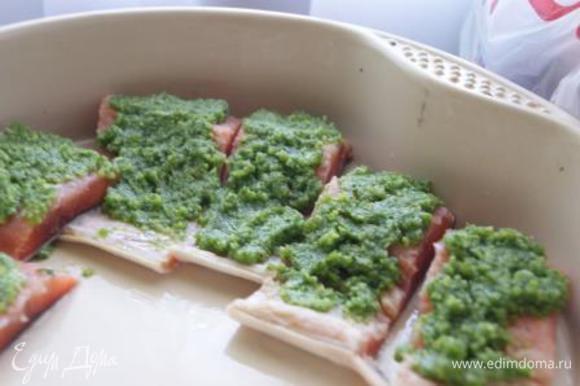 Выложить в форму, покрыть соусом песто.