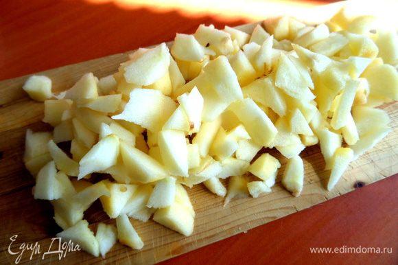 Яблоко очистить,нарезать мелко.