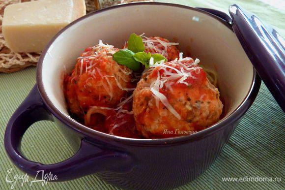 В кастрюли разогреть до кипения соус маринера , опустить шарики в соус и потушить на среднем огне 25 - 30 минут. Поддавать со спагетти, посыпать пекорино и базилик.