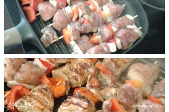 Обжарить шпажки на разогретой сковородке – гриль до золотистой корочки индейки.