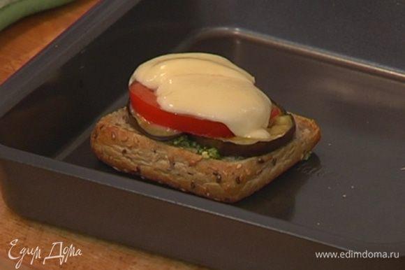 Поджаренный хлеб выложить в глубокий противень, смазать соусом песто, сверху разложить баклажаны, помидоры и моцареллу и отправить под гриль на 3 минуты.