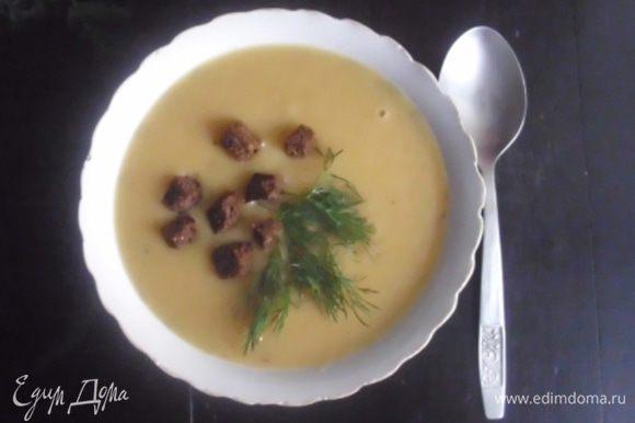 Суп разлить по тарелкам, подавать с гренками и зеленью.