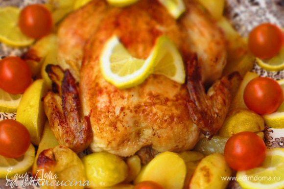 Аккуратно разрезать курицу на порционные куски,удалить кулинарную нить и лимоны и подавать.Приятного аппетита:))