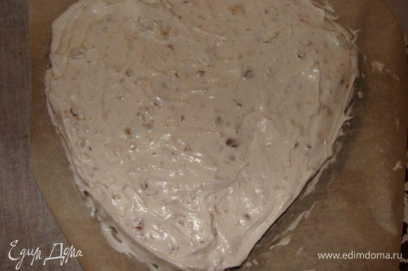 Готовим ореховое безе. Белки взбить с сахаром, так же как для бисквита, в конце взбивания добавить лимонный сок. Аккуратно вмешать орехи. Взять нижнюю часть разъемной формы и застелить бумагой для выпечки. Выложить безе по форме.