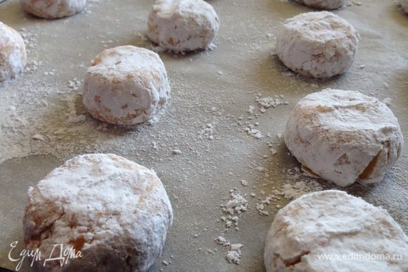 На противень выстеленный бумагой для выпечки, выложить печенье и чуть его прижать пальцами.