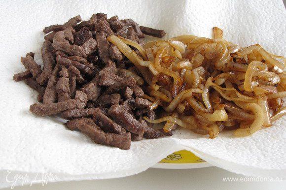 Обжаренный лук выложить к мясу и оставить.