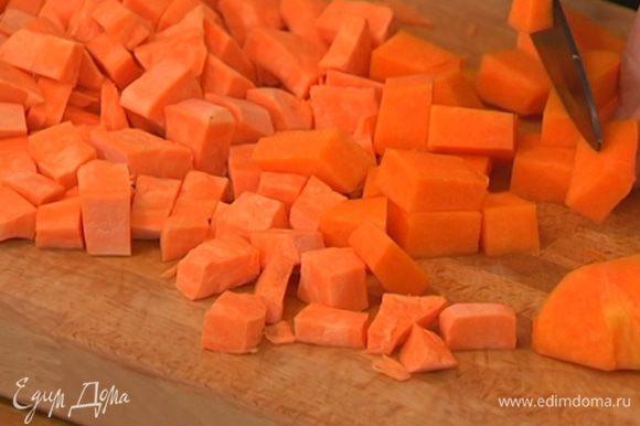 Батат и тыкву почистить и нарезать кубиками.
