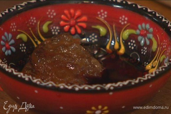 Приготовить маринад: соединить соевый соус с мирином и имбирем, все перемешать.