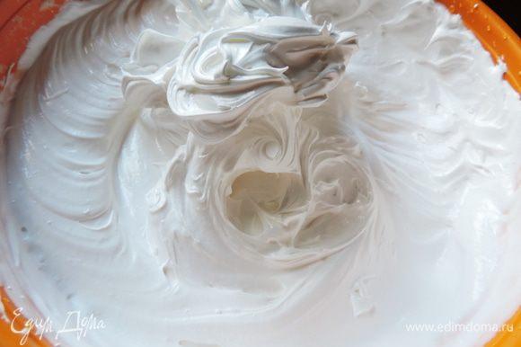 Готовим белковый заварной крем. Как это сделать, смотрим тут http://www.edimdoma.ru/retsepty/65842-tort-vafelnaya-bezuminka.