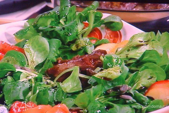 На подготовленные листья салата разложить печень, яблоки, полить салатным соусом. Посыпать тыквенными семечками.