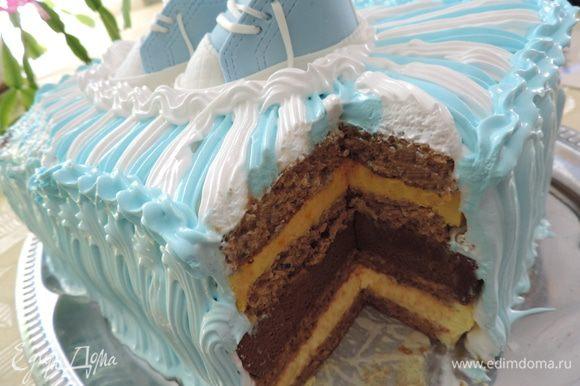 А вот и разрезик. Другого фото сделать не успела. Но заверяю, что торт отлично держит форму и нарезается на аккуратные, даже совсем небольшие, кусочки))) Приятного аппетита!!!