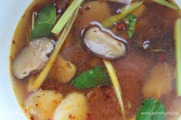 Влить соус (его можно заменить на соевый), добавить нарезанные грибы и варить еще 2 минуты.