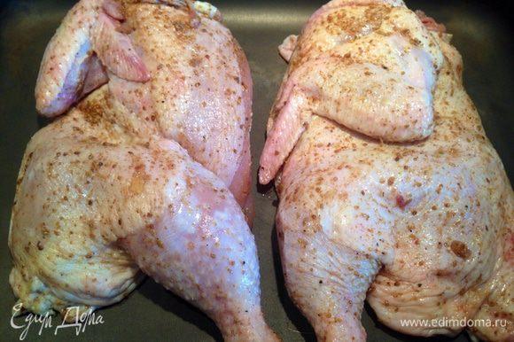Цыпленка разрезать по грудке и спинке на 2 части. Тщательно натереть со всех сторон Сванской солью. Желательно поставить под гнет или использовать вакуумный контейнер. Поставить мариноваться на ночь.