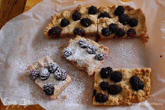 Готовый корж с ягодами слегка остудить, затем посыпать оставшейся сахарной пудрой и разрезать на квадратики.