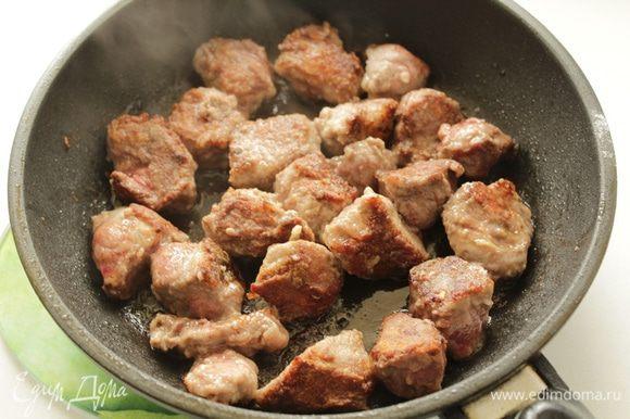 Мясо порезать крупными кусочками ,обвалять в муке и обжарить на раскаленном растительном масле.