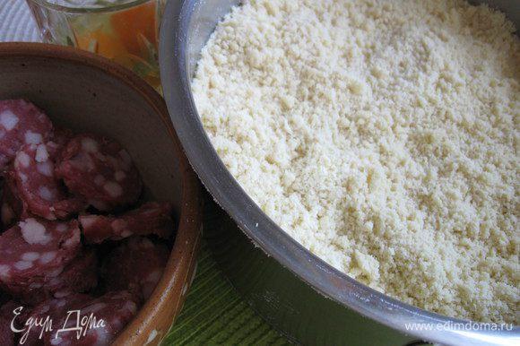 В посуду с мукой добавить соль, перемешать. Потом добавить масло, немного размять, а потом перетереть ладонями до получения «песка», добавить воду, яйца. Перемешать. Скатать в шар, убрать в холодильник.