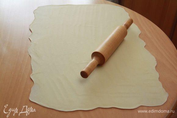 Тесто раскатать как можно более тонко: в идеале как папиросная бумага! У меня получился прямоугольник 75х50см.