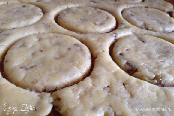 Раскатать тесто в пласт толщиной 0.5-0.8 см. и сформировать из него кружочки с помощью формы или стакана.