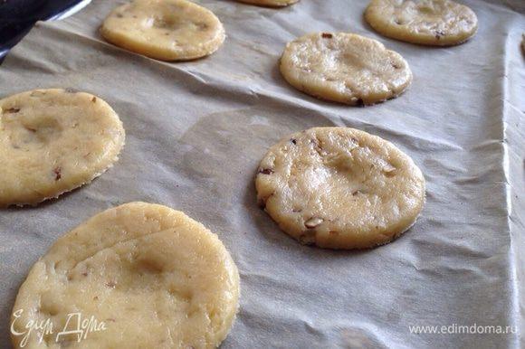 Кружки выложить на противень, застеленный бумагой для выпечки. Поставить в духовку на 10 минут при температуре 180 градусов.