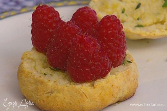 Выложить на одну половину слой взбитых сливок, сверху 5–6 ягод малины.