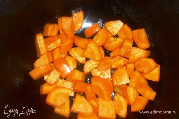 Морковь, лук, картофель почистить и крупно порезать. Казан (или толстостенную кастрюлю) поставить на огонь, налить масло, выложить морковь и готовить её на среднем огне 5 минут, периодически помешивая.