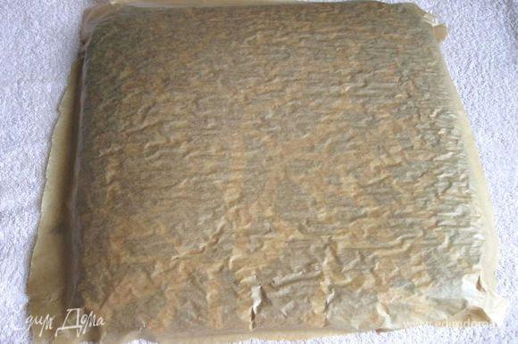 Снова поставить форму в духовку, разогретую до 180 градусов, примерно на 18-20 минут. Готовый бисквит достать и перевернуть на полотенце.