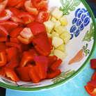Подготовить все для супа. Помидоры ошпарить кипятком и очистить от кожуры. Нарезать кубиками (я удалила также и семена). Одно небольшое яблоко (или половину крупного) очистить от кожуры и тоже нарезать. Очистить от семян перцы. Нарезать.