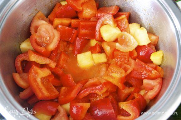В кастрюльку добавить оливоковое масло и выложить все овощи. Слегка обжарить на несильном огне минуты 3, время от времени помешивая..., пока овощи не дадут немного жидкости. Добавить один половник овощного бульона (или воды), посолить и поперчить по вкусу и варить овощи до готовности (минут 15). В принципе, чем мельче нарезаны овощи, тем быстрее они приготовятся, т.ч. ориентируйтесь самостоятельно. Готовые овощи разбить погружным блендером до однородной консистенции и дать супу остыть. (Я чаще взбиваю такие супы-пюре в стационарном блендере, чтобы регулировать нужную мне консистенцию супа. Просто мне не нравятся очень жидкие супы-пюре, поэтому я перекладываю овощи в блендер, тщательно взбиваю, и уже при необходимости добавляю немного жидкости из кастрюли.)